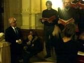 Prominenter Gast, Sönke Fock, lauscht dem Adventschor