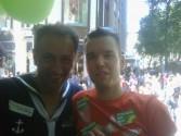 Farid Müller und Tom auf dem grünem Wagen