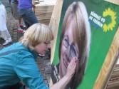 Krista Sager klebt ihre Wahlplakate