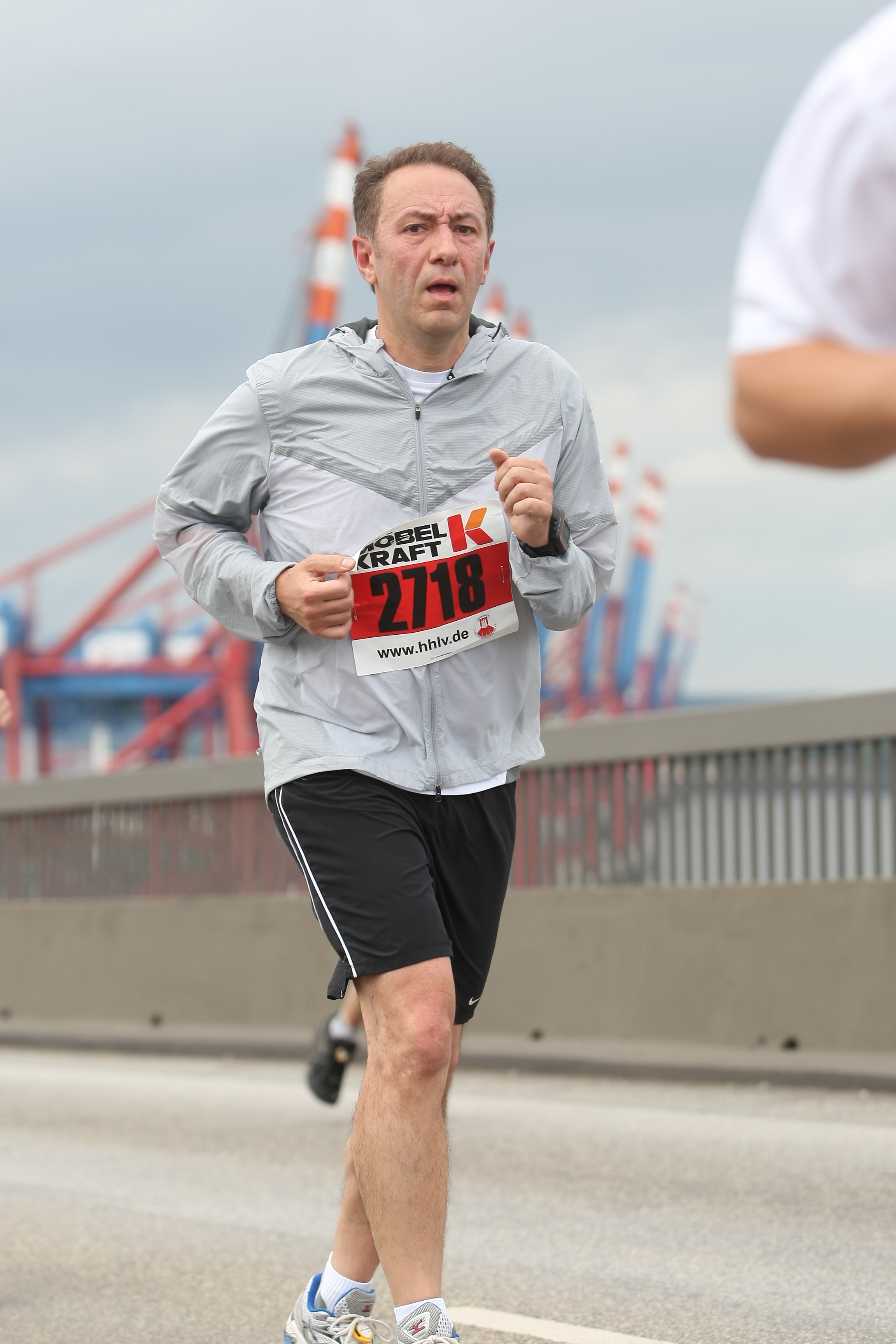 Farid joggt auf der Köhlbrandtbrücke